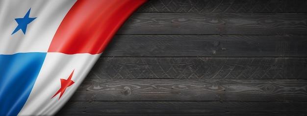 검은 나무 벽에 파나마 플래그입니다. 수평 파노라마 배너.