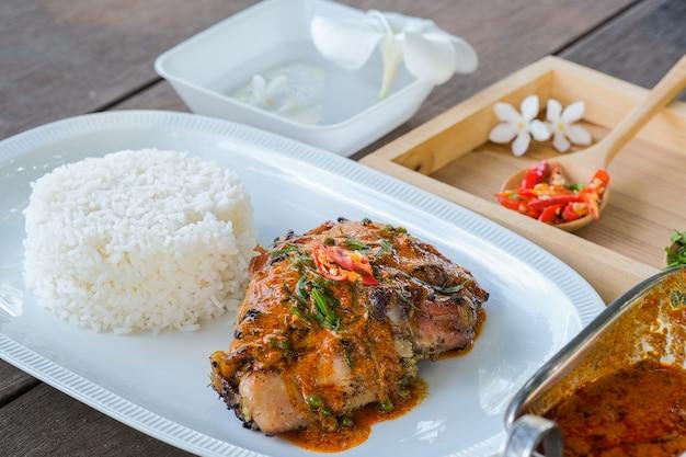 구운 닭고기를 곁들인 파낭은 태국 중부 지역의 매운 요리입니다.