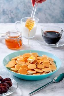 Блинная каша с маслом и медом или кленовым сиропом в миске
