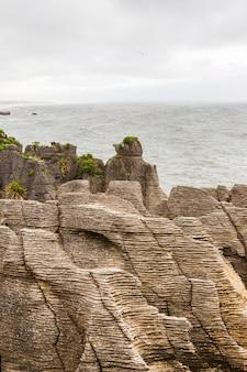 팬케이크 바위 해안에 돌 팬케이크 더미 뉴질랜드 남섬 프리미엄 사진