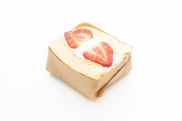 팬케이크 샌드위치 딸기 신선한 크림 흰색 배경에 고립