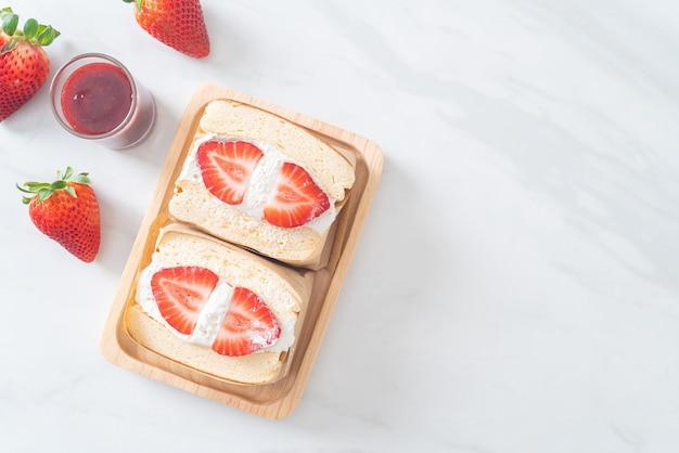 Блины сэндвич клубника свежие сливки на деревянной тарелке