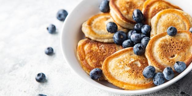 パンケーキ甘いブルーベリーベリー新鮮な朝食デザートテーブルの上のパンケーキコピースペース食品