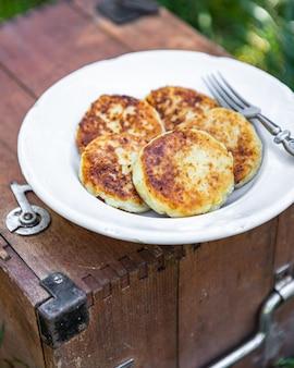 パンケーキシルニキ甘いパンケーキカッテージチーズ朝食屋外