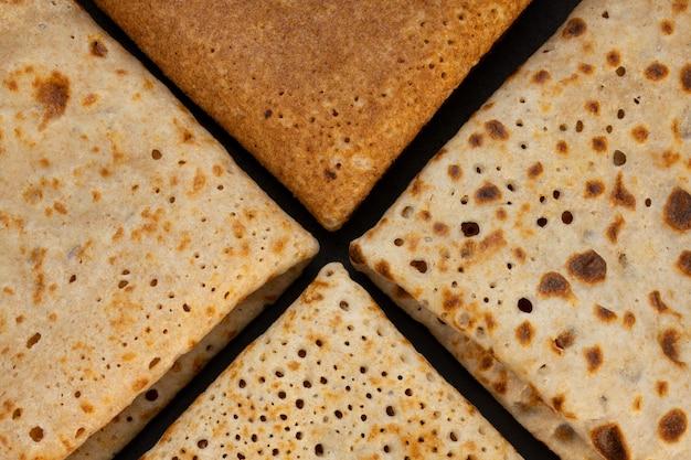 パンケーキの質感。プレートの薄いホットパンケーキのクローズアップ。伝統的な素朴な料理。民俗料理。テーブルトップビュー。マースレニツァ食品。