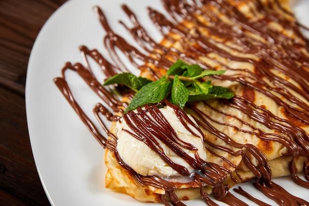 아이스크림과 초콜릿을 곁들인 팬케이크