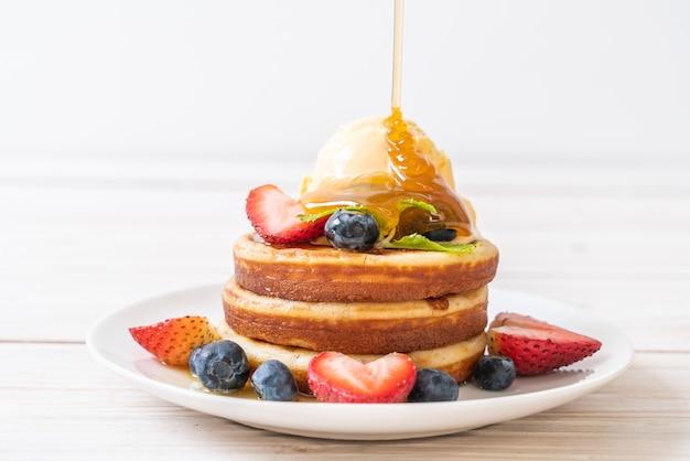블루 베리, 딸기, 꿀, 바닐라 아이스크림 팬케이크 프리미엄 사진