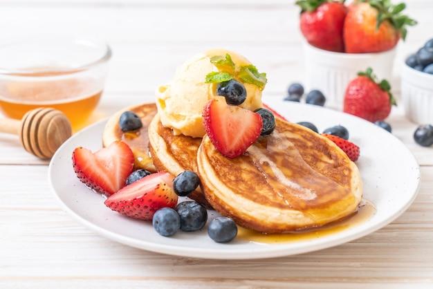 블루 베리, 딸기, 꿀, 바닐라 아이스크림을 곁들인 팬케이크