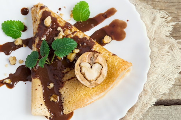 초콜렛과 견과류 심장의 형태로 팬케이크. 디저트