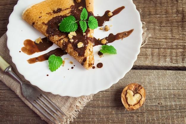 초콜렛과 견과류 심장의 형태로 팬케이크. 음식 사기