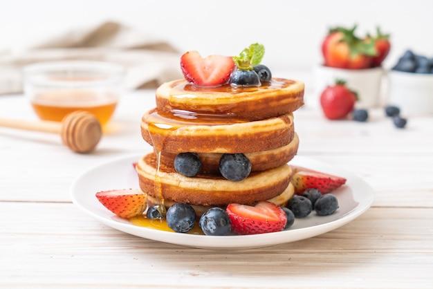 신선한 블루 베리, 신선한 딸기, 꿀 팬케이크