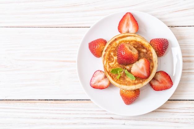 신선한 딸기 팬케이크