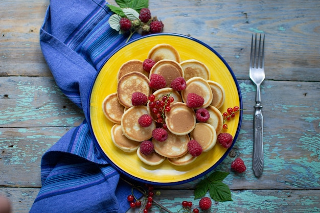 Блин с фруктами на тарелке