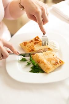 白い背景の上のカットフィードでソーセージとパンケーキ