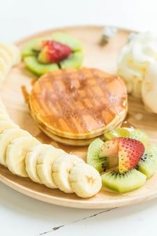 バニラアイスクリームとフルーツのパンケーキ