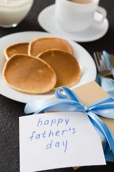 Блины и чашка кофе для отца. день отца концепция.