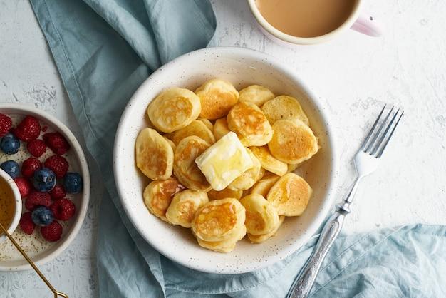 Блины каши, тонкие тонкие веселые пышки, детское питание. завтрак с напитком