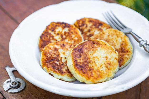 パンケーキカッテージチーズシルニキ甘い朝食屋外の食事スナック