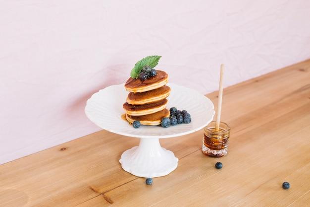 스택에 팬케이크 아침 식사 제공