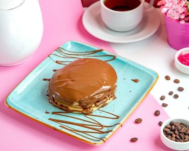 プレート上のチョコレートと緑豊かなパンケーキ