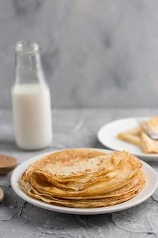 牛乳とプレートのパンケーキ