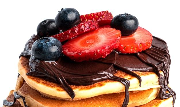 딸기와 초콜릿 흰색 절연 팬케이크입니다.