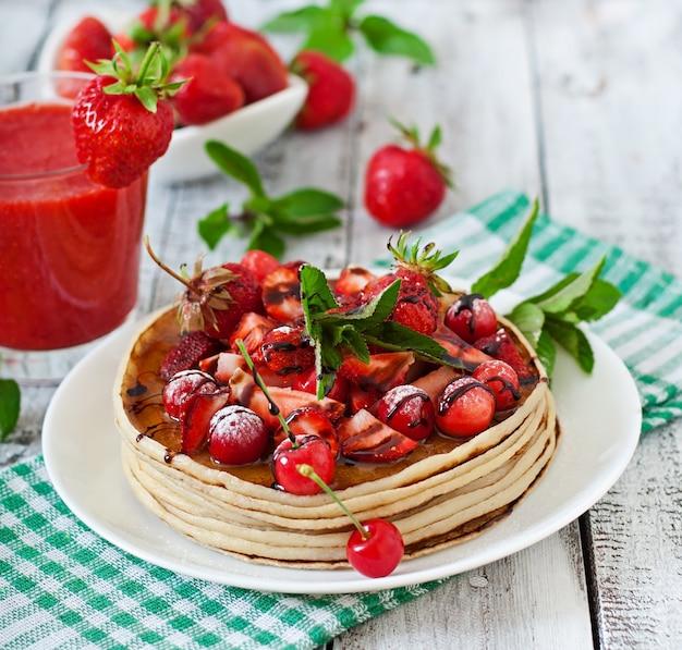 Блинчики с ягодами и клубничным смузи в деревенском стиле