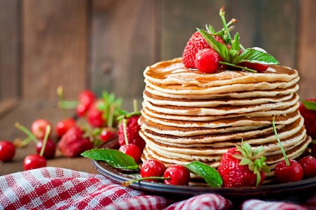 Блинчики с ягодами и сиропом в деревенском стиле