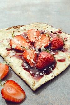 Блинчики с ягодами и сиропом