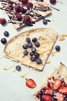 Pancakes con frutti di bosco e sciroppo
