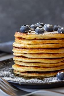 ブルーベリーと蜂蜜のパンケーキ。朝ごはん。ベジタリアンフード。レシピ。