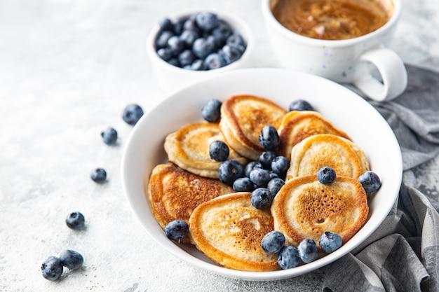 ブルーベリー入りのパンケーキ新鮮な朝食甘いデザート新鮮な部分は食事の軽食を食べる準備ができています
