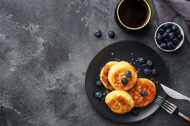 ブラックプレートにブルーベリーのパンケーキ