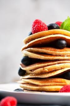 Блины с черникой, малиной, мятой и медом на завтрак