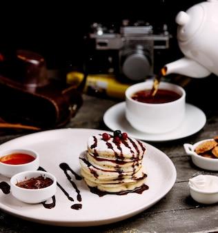チョコレートとベリージャムのトッピングのパンケーキ
