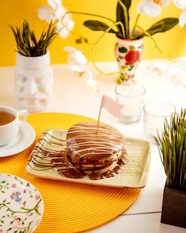 チョコレートクリームの側面図とパンケーキ