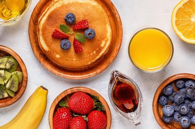 과일 꿀 메이플 시럽을 곁들인 팬케이크