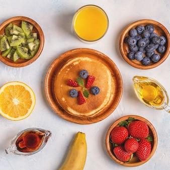 과일, 꿀, 메이플 시럽을 곁들인 팬케이크
