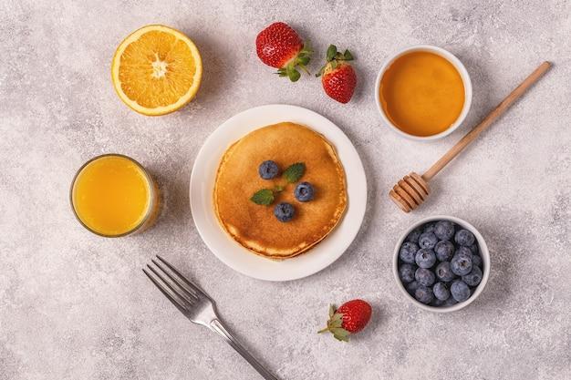 フルーツ、ハチミツ、ナッツのパンケーキ。