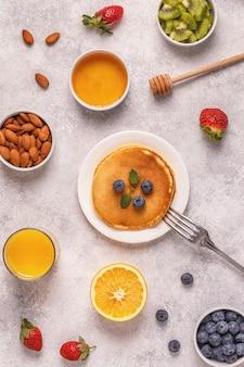 Блины с фруктами, медом, орехами.