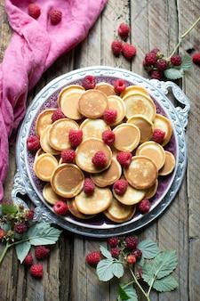 Блины с фруктами на тарелке