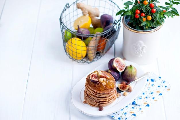 白いプレートとフルーツのジャムとイチジクのパンケーキ