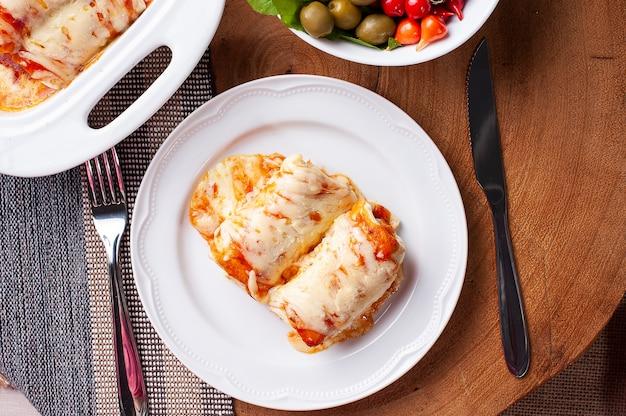 토마토 소스와 치즈에 고기를 넣은 팬케이크. 평면도