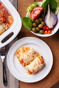 トマトソースとチーズの肉入りパンケーキ