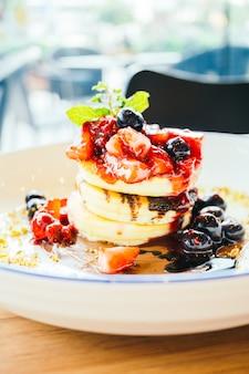 Блины со смешанными ягодными фруктами в белой тарелке Бесплатные Фотографии