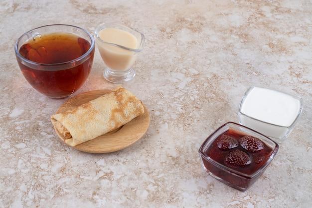 사워 크림과 차 한 잔을 곁들인 팬케이크