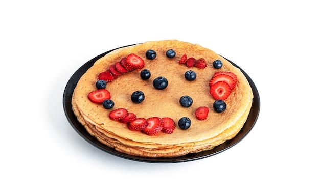 딸기와 블루 베리 절연 팬케이크입니다.