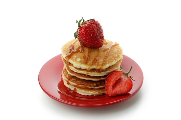 딸기와 카라멜 흰색 배경에 고립 된 팬케이크