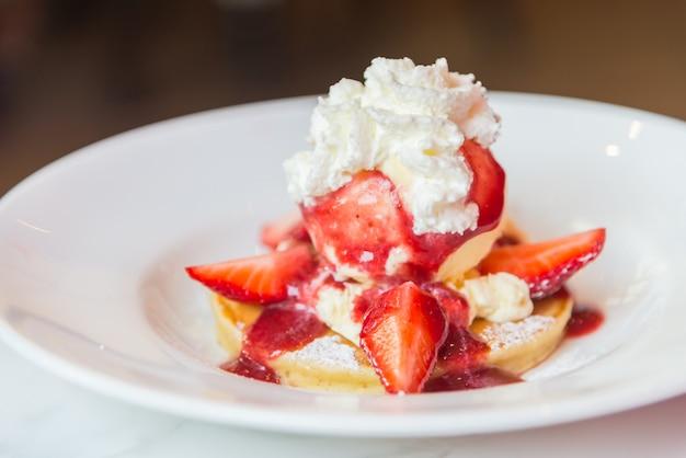 イチゴとアイスクリームパンケーキ 無料写真
