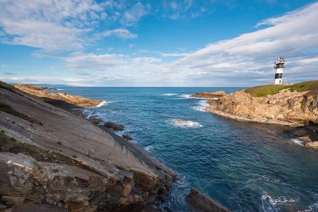 Маяк острова панча в побережье рибадео, галисия, испания.